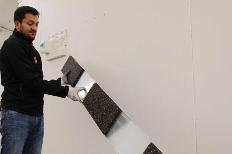 Die in die Bodenschienen integrierte Bautenschutzmatte erspart Transport, Zuschneiden und Verlegen üblicher Bautenschutzmatten bzw. Schutzfliese.
