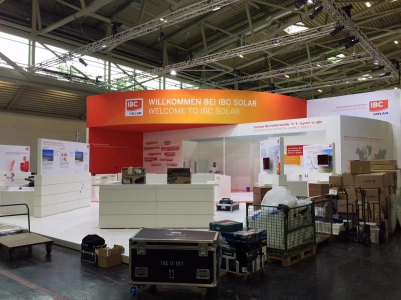 Am Tag vor dem Messebeginn dominieren noch Kisten und Kartons die Hallen der Messe München.