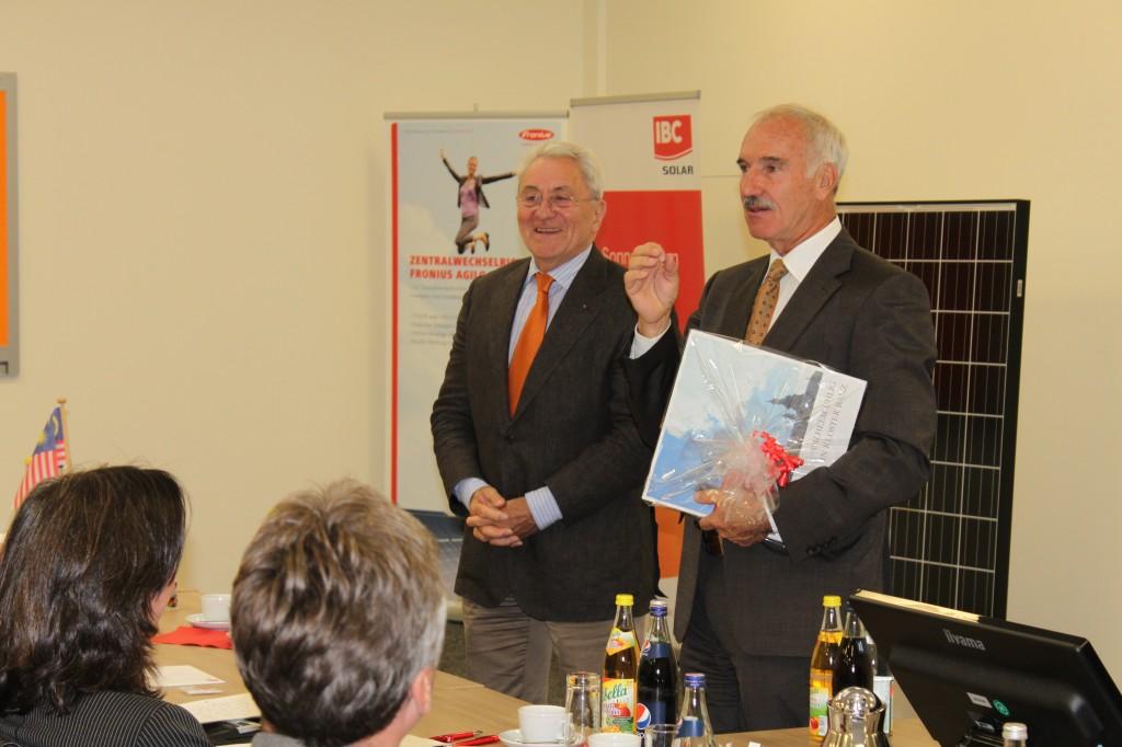 Udo Möhrstedt (li.), Inhaber der IBC SOLAR AG, hat Botschafter Günther Gruber (re.) zu einem Vortrag nach Bad Staffelstein geholt